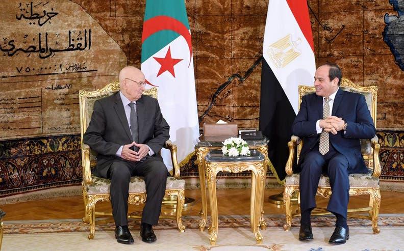 """الرئيس الجزائري يصل القاهرة لحضور """"نهائي كأس افريقيا"""""""