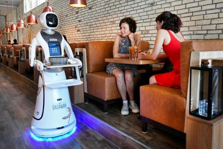 """العالم بعد """"كورونا"""".. مطعم هولندي يستعين بالروبوتات لخدمة زبائنه"""