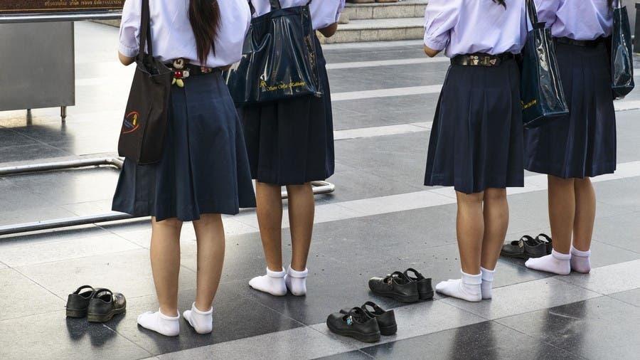 مدارس بريطانية تحظر التنانير القصيرة..
