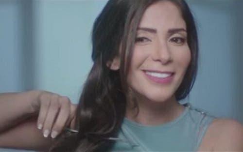 منى زكي تتخلى عن شعرها لصالح مرضى السرطان