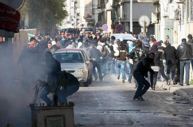 Tunisian protestors clash with security forces outside the Interior Ministry in Tunis. (AFP PHOTO / KHALIL)