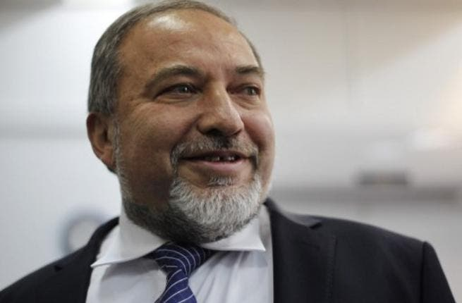 Former Israeli foreign minister Avigdor Lieberman arrives in the audience room of Jerusalem Magistrate's Court for the opening of his trail. (AFP PHOTO/POOL ARIEL SCHALIT)