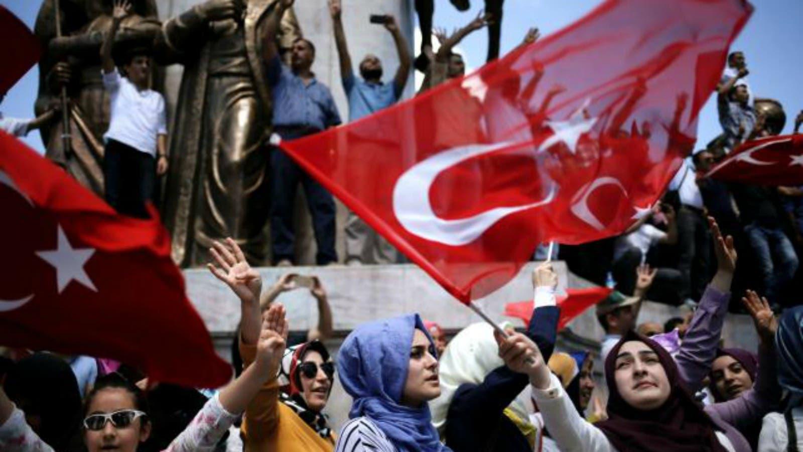 تحرش شرطي تركي بمتظاهرة  مُحجبة  يشغل غضب الأتراك (صور)   البوابة
