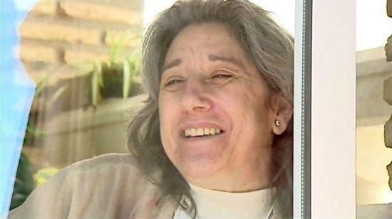 امراة تعيش في قفص زجاجي منذ 13 عامًا