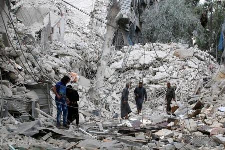 سكان وسط انقاض منزل دمرته طائرات حربية في حلب