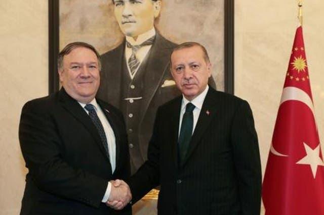 وزير الخارجية الأمريكي مايك بومبيو (إلى اليسار) يصافح الرئيس التركي رجب طيب أردوغان بأنقرة يوم الأربعاء