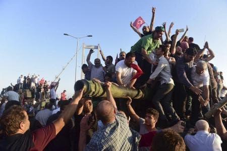 اتراك يحتفلون فوق دبابة بفشل محاولة الانقلاب