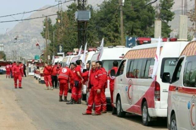 سيارات الهلال الأحمر السوري تستعد لدخول بلدة الزبداني المحاصرة شمال غرب دمشق