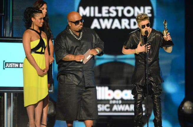 Justin Bieber calmly accepts his award despite the loud jeers during the 2013 Billboard Music Awards at the MGM Grand Garden Arena (Photo by Ethan Miller/Getty Images)