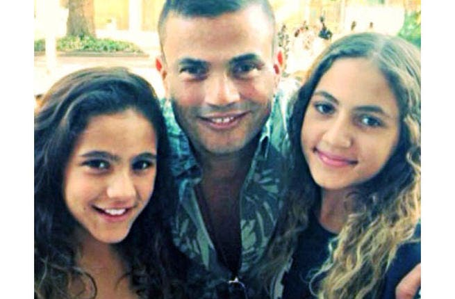 Amr Diab poses with his precious daughters Kinza and Jenna. (Image: Facebook)