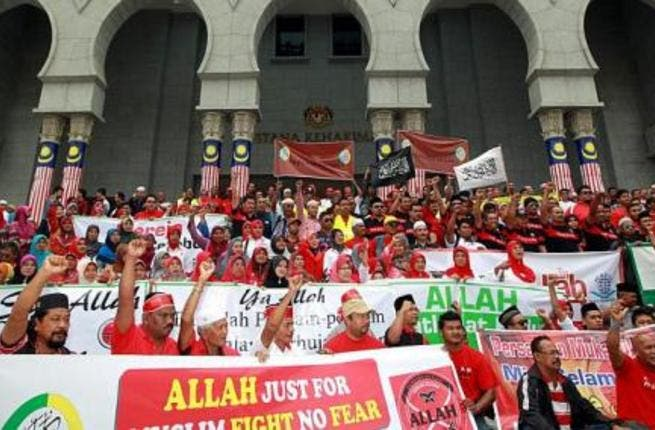 Hundreds of Muslim supporters gathering outside the Palace of Justice in Malaysia while the ban on the use of Allah was discussed. [stasiareport]