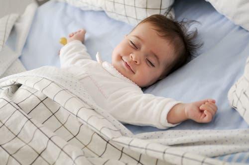 ضحك أو بكاء الرضيع أثناء نومه يدل على نوعية أحلامه...تعرف على التفاصيل!