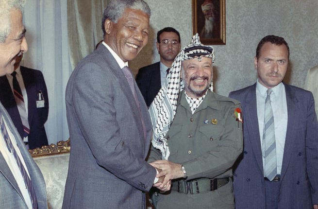 Nelson Mandela shakes hands with Yasser Arafat: South African anti-apartheid leader Nelson Mandela meets with Palestinian Liberation Organization Chairman Yasser Arafat, May 20, 1990 in Cairo. Both are in Cairo to meet with Egyptian President Hosni Mubarak. (Image courtesy of News Najj)