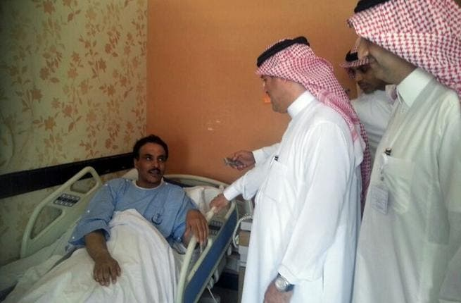 A Saudi health ministry official visits patients infected with a new SARS-like virus at a hospital in the eastern Saudi province of al-Ahsaa on May 13, 2013 (AFP)