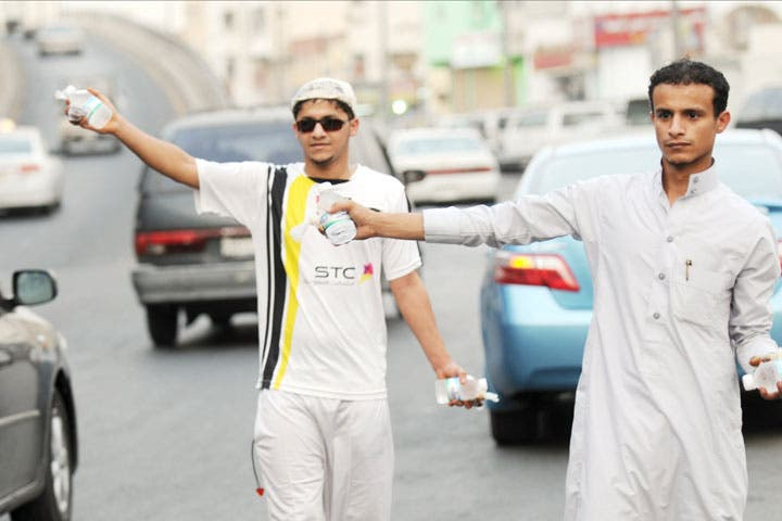 Ramadan incites pop-up 'dating services' in unusual places! Near 'iftar-o'clock', businesses supply workers and clients with complimentary dates to break fast. Some taxi drivers will offer them to passengers, some charities in turn provide them to taxi drivers! Join the movement by handing them out too - random acts of 'casual dating'!