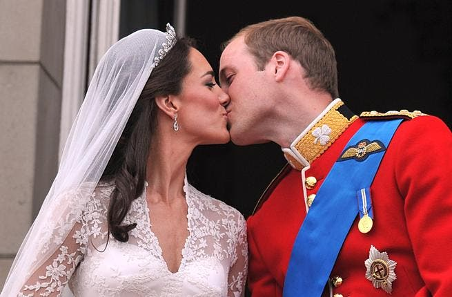 Back to the Balcony, sealed with 2 kisses:  2 for the price of one, the crowds got more than they bargained for. Responding to public demand, the pair went in for a second replay kiss. Surely a good sign that the Royals already acting on public opinion!