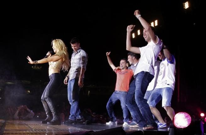 Latin spirit, love and FC Barcelona revelry came together: Shakira invited the winning football Champion League team-mates in a celebratory dance, led by her and their defender Gerard Pique. Here on stage at her Barcelona concert.