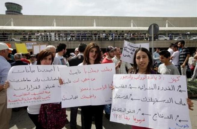Protestors at Beirut airport call for higher wages (Daily Star)
