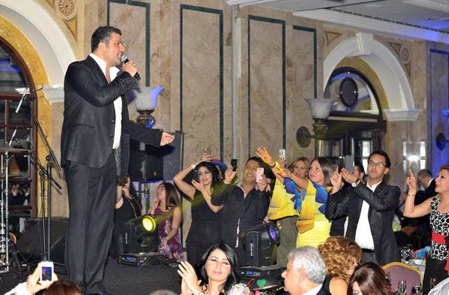 Fares Karam got the party started at home in Lebanon! Not 1 but 2 gigs, in a double whammy for the teeny nation that could furnish 2 Karam NYE performances: a solo stunt at the Phoenicia and a shared line-up to keep Rola Saad at Le Royal on her toes, saw the modern musician keen not to let anything spoil his show after a year of disruptions.