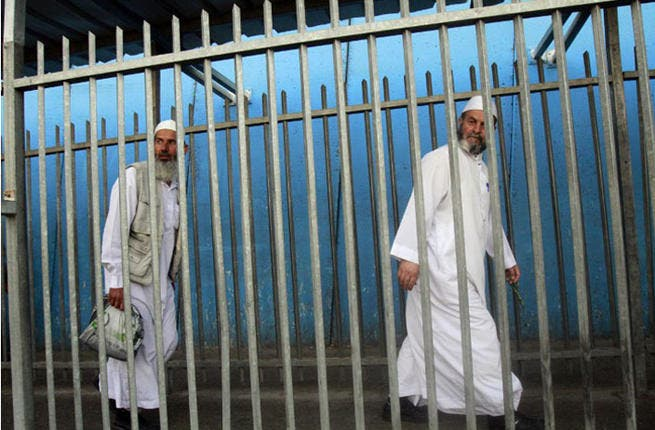 Bethlehem - Palestinian men eagerly scale a checkpoint on their way catch the peak Friday prayers. (AFP / Musa Al-Shaer)