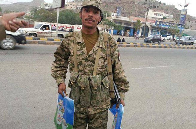 Yemen's soldier puts on his Ramadan Karim to serve the Iftar stock goodies to road users. We hope he doesn't forget to eat himself in all the rush! (Image: Hemmat Shabab, Facebook)