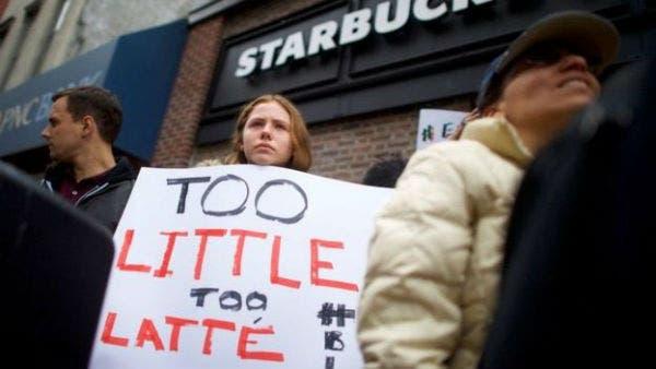 ومنذ يوم السبت وحتى الاثنين، عرقل محتجون العمل في فرع المقهى الذي شهد الواقعة.