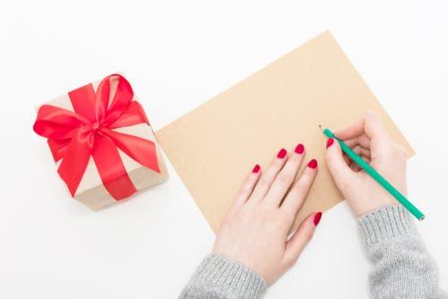 ea226c3dc وتبادل الهدايا يعتبر من الجوانب الرئيسية للاحتفال بعيد الميلاد حديثًا، وهو  ما يجعل موسم عيد الميلاد أكثر مواسم السنة ربحًا بالنسبة لمتاجر التجزئة  والشركات ...