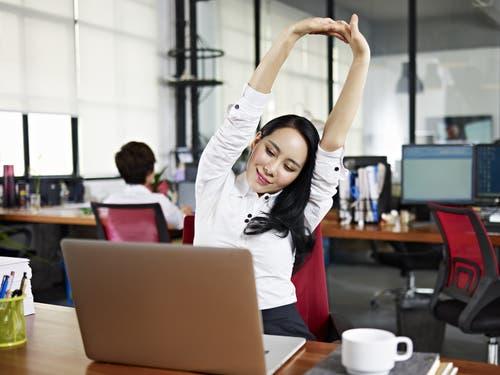 تعرف على سبعة تمارين رياضية يمكنك القيام بها الآن عند مكتبك