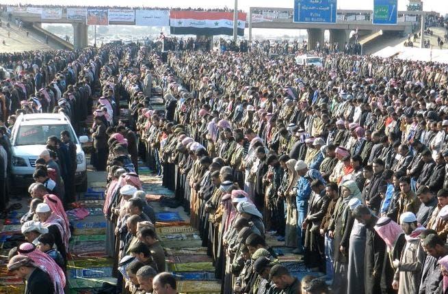 Iraqi Sunni protestors pray on the main highway to Syria and Jordan near Ramadi. (AFP PHOTO / AZHER SHALLAL)
