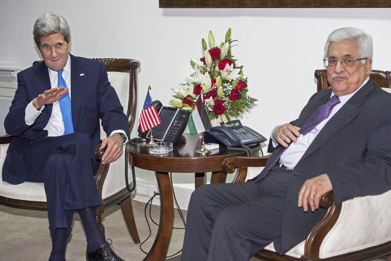 US Secretary of State John Kerry (L) gestures as he meets privately with Palestinian President Mahmoud Abbas (R) in Ramallah. (RICHARDS/AFP)