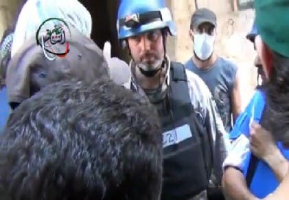 An image grab taken from a video uploaded on YouTube on August 26, 2013 allegedly shows a UN inspector (C) listening to the testimony of a man in the Damascus subburb of Moadamiyet al-Sham. (AFP/YouTube)