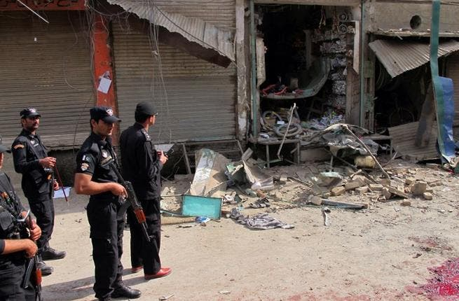 Pakistani police officials inspect the site of the bomb explosion ( AFP PHOTO / STR)