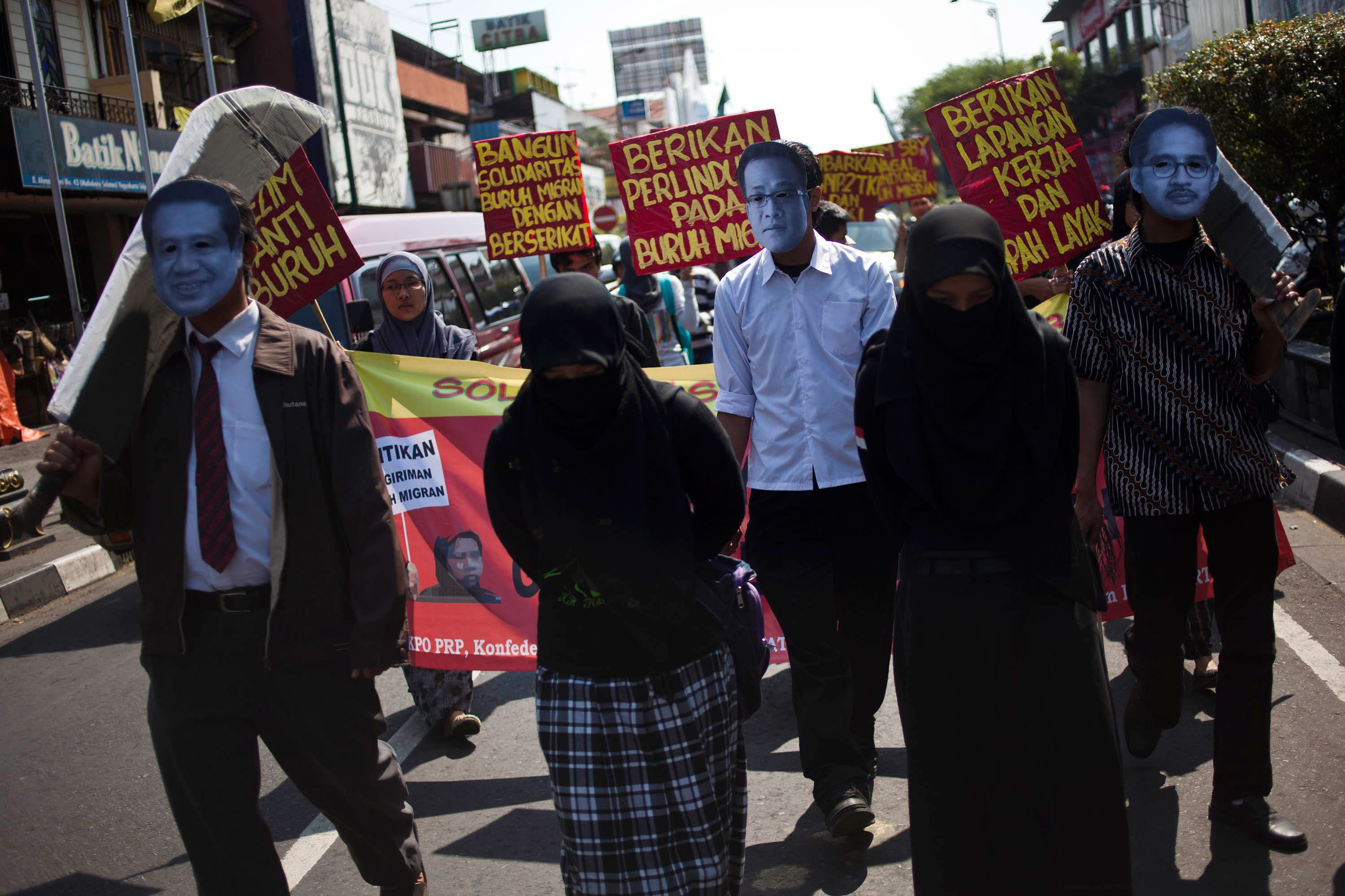 Indonesia is really stepping up its campaign to save its nationals in the Gulf from the fate of execution. Here seen adopting the protest spirit from the Arabs themselves. Last week saw the beheading of a national, with the recalling of the Indonesian Ambassador, but this weeks sees the staying of an execution.