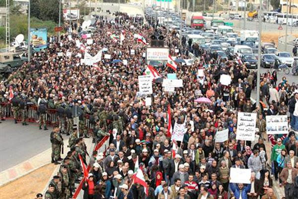 Strikers stop the traffic in Beirut (Daily Star)