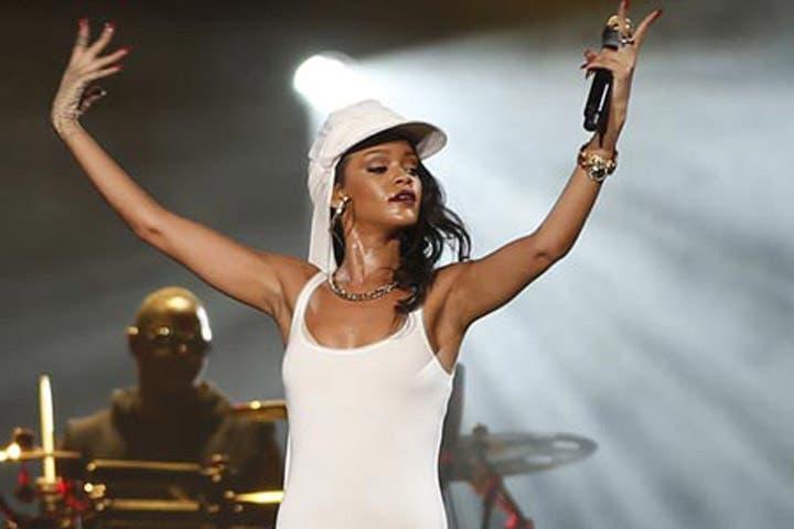 Rihanna shined bright like a Diamond on the Abu Dhabi stage! (Image courtesy of www.emirates247.com)