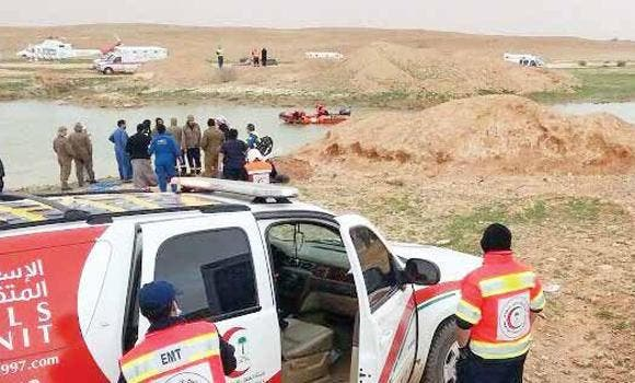Divers search for bodies of two of the six women who drowned in a pond near Riyadh. (Sabq photo)