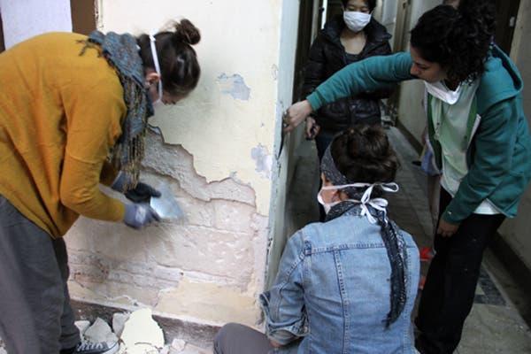 Volunteers work in Behna apartment (Photo: Rowan El Shimi)