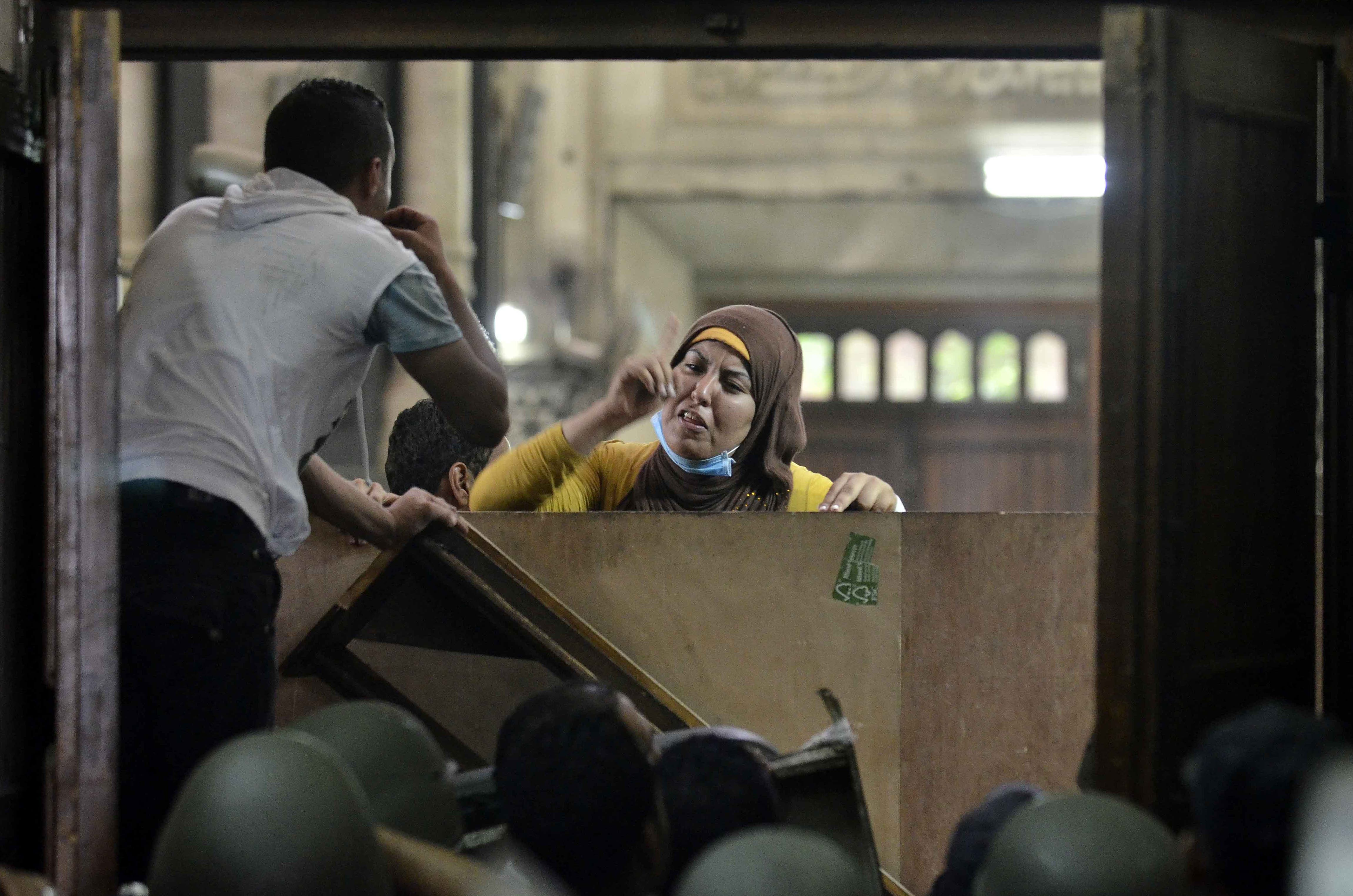 An Egyptian woman talks to policemen from the inside of Cairo's Al-Fath mosque (AFP/MOHAMED EL-SHAHED)