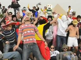 Egyptians do the Harlem Shake.