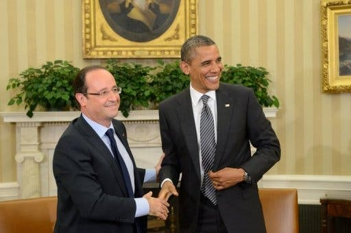 Barack Obama (R) shakes hands with Francois Hollande in the Oval Office at the White House on May 18, 2012 (AFP)