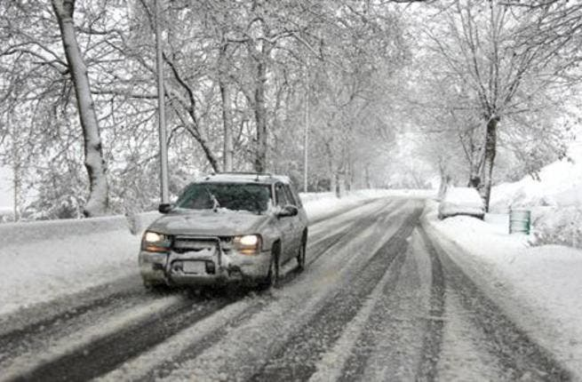 Cars continue to struggle on Lebanon's snowy roads (The Daily Star / Mohammad Azakir)