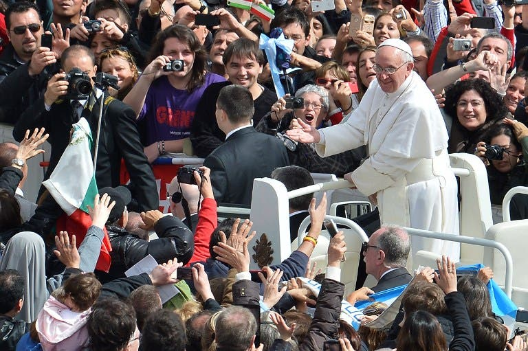 Pope Francis greets crowds in St. Peter's Square on Easter Sunday (AFP Photo)