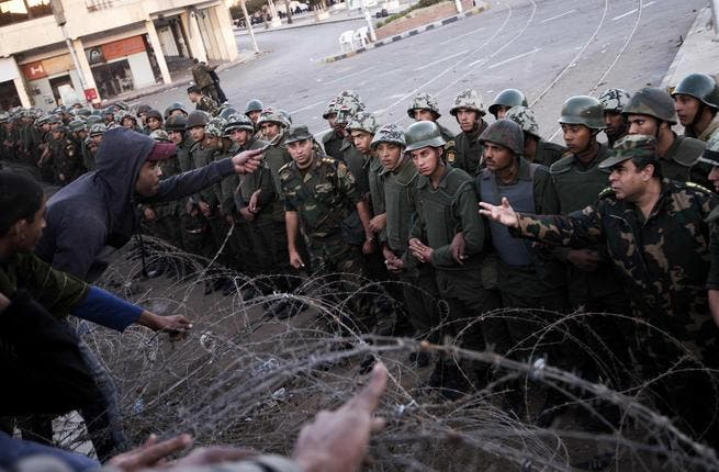 Barbed wire and security forces outside the presidential palace (Photo: Gianluigi Guercia / AFP)