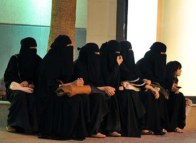 Saudi women waiting for their drivers outside a shopping mall in Riyadh in late September, shortly after King Abdullah granted women the right to vote and run in municipal elections (Photo: AFP / Fayez Nureldine)