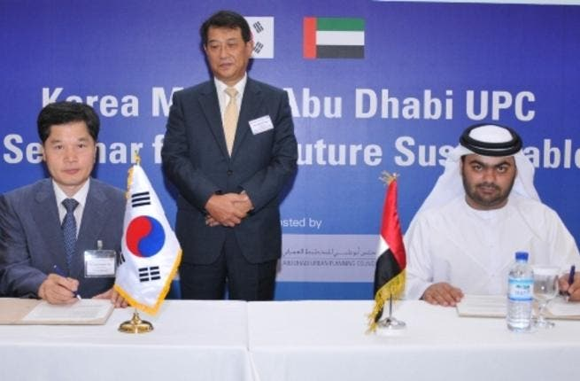 Amer Al Hammadi and. Dr. You signing the MoU in the presence of H.E Kwon Tae-Kyun, ambassador of the Republic of Korea to the UAE