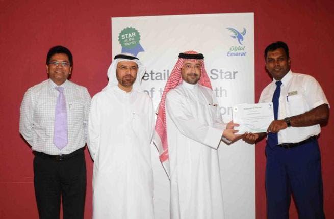 Abdulla Al Noman honors the Supervisor of the Year in the presence of Abdulraoof Abdulaziz