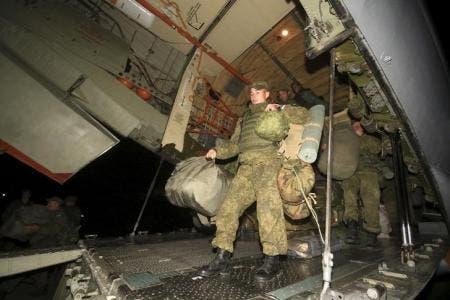 قوات روسية تنزل من طائرة بقاعدة حميميم الجوية بمحافظة اللاذقية