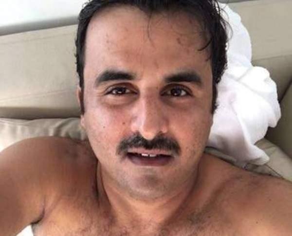 (صورة) تميم بن حمد عاري فوق سريره .. سلفي اخترق البروتكول