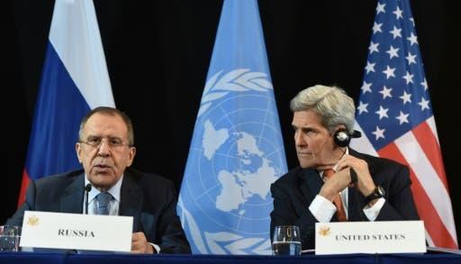 وزير الخارجية الاميركي جون كيري (يمين) ونظيره الروسي سيرغي لافروف