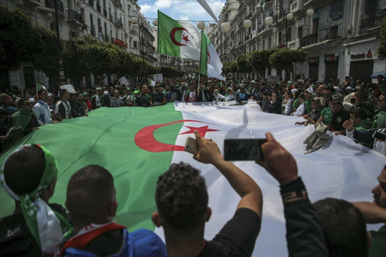 طلاب الجزائر يتظاهرون رفضا للانتخابات المقررة آخر السنة